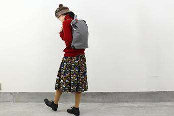 多色使いのスカートに、まさかの真っ赤なニットをマッチング。タイツは曖昧カラーをセレクトすれば、ブラックのシューズまでスムーズにつなげられますよ。