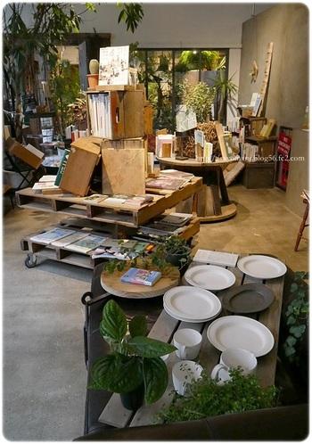 また、店内には本だけでなくお皿やお鍋などの雑貨も販売もしています。そのほとんどはオーナーの方が作り手と直接話をして厳選した、魅力的なものばかり。作り手のプロフィールなども飾られており、もの作りの背景を知ることもできます。