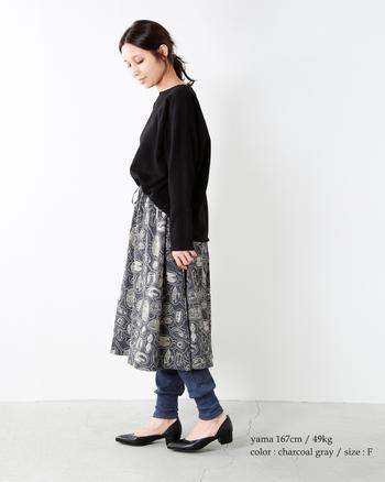 見ているだけでも楽しい動物刺繍のスカート。ブラック×グレーでシックにキメめつつ、レギンスでコージーなムードをつくりましょう。