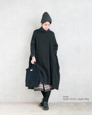 ワンピースにチェック柄スカートを重ね、コーディネートに奥行きを出して。ひねりのあるレイヤードで、お馴染みのモノトーンも新鮮に見違えます。