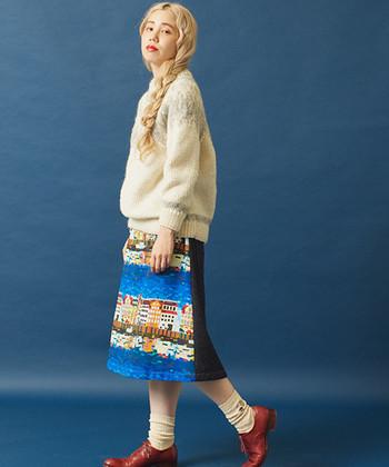 冬の大定番のひとつ、ノルディック柄のバルキーニット。風景画のプリントスカートをセットして、小粋な柄×柄コーディネートを満喫しましょう♪