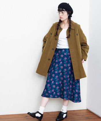 思わず目を引く、鮮やかなブルーの花柄スカート。ホワイトのプルオーバーとソックスを合わせれば、すっきりとしたイメージで着こなせます。