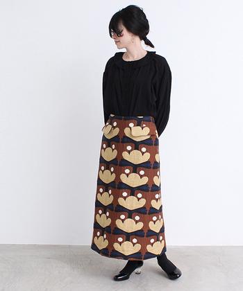 イラストチックに描かれた植物柄に、立体的なフラップポケット。そんな個性溢れるスカートは、ブラックのトップスとシューズで、オリジナリティを存分に引き立てましょう。