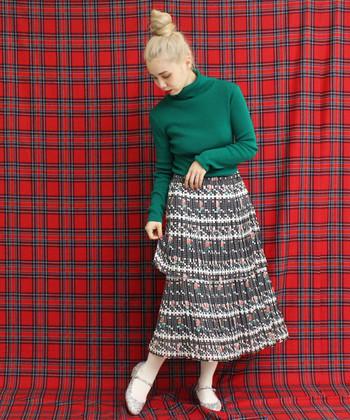 繊細な配色に心奪われるスカートは、グリーンのニットでインパクティブに。さらにホワイトのタイツを持ってきて、しっかりと足元にもポイントを!