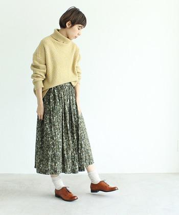 ソフトなグリーンの花柄スカートに、淡いイエローのざっくりニット。優しいアースカラーでスタイリングすれば、ラスティックなスカートルックが完成します。