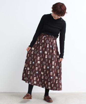 ミモレ丈のスカートを穿くときは、全体のバランス調整が大切。トップスはインにして、腰高見えを狙いましょう。