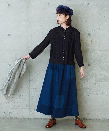 リメイク風のつぎはぎスカートは、ブルーをベースにしてキレイめにスタイリング。いろんな色が混ざったファー帽子と柄ソックスで、装いに自分らしいエッセンスを効かせます。