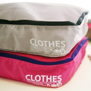 仕切りの布が付いていて、使用前と使用後の下着やカットソーなどが仕分けできるアイデアケース。ごちゃごちゃしがちなバッグの中がすっきり整理できて快適!こちらは1泊2日用ですが、もっと大きいサイズもあります。