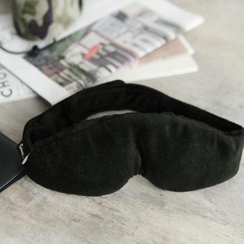 クッション性があり、ベルベットのような肌ざわりのアイマスク。内側のワイヤーがそれぞれの鼻の形にフィットして、カスタマイズしたかのような快適な付け心地だとか。移動中にぐっすり眠れると、元気に旅を続けられますね。
