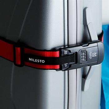 飛行機での旅で心配なのが、お土産の買い過ぎなどによるオーバーチャージ。でも、このラゲッジベルトがあれば大丈夫。スーツケースが開かないようにしっかり押さえるだけでなく、重さまで計れる頼もしいアイテムです。