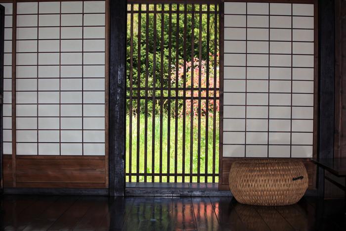 古民家は日本の気候に良く合っています。通気性が良く湿気がこもりにくく、家の建材からあますことなく豊かな自然を感じられます。 ところが冬は地域によっては本当に寒いので、防寒対策は不可欠です。家が雪で埋まるほどの地域でなくとも断熱材を使用したり、床に厚手のラグを敷いたりしてしっかり防寒していきましょう。