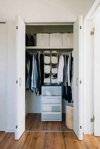 クローゼットに収まりきらない洋服ありませんか?洋服は、あくまでもクローゼットにすっきりと収まる量のみを所有するよう心がけます。一度整理整頓したら終わりではなく、その後も一着購入したら一着捨てるくらいの気持ちでワードローブの管理をしていきましょう。