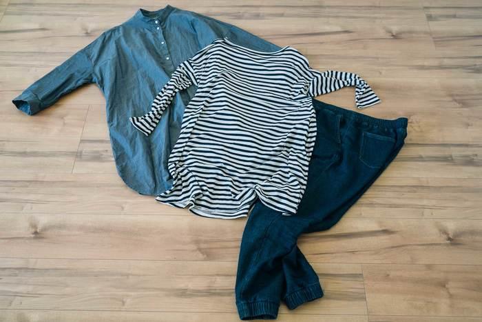クローゼットを整理するにはまず、服の仕分けから始めます。これからも着続けたいお気に入りの服、だんだんと今の自分に似合わなくなってきた服、一度も袖を通していない服・・・不要だと判断した服は潔く手放してワードローブをスリム化しましょう。