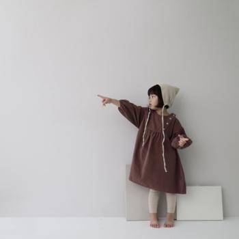 子供の体形には、こんなぽってり服がよく似合いますよね。ボリュームのある袖と、たっぷり身幅をとったシルエットが特徴のワンピース。生地は柔らかいコーディロイで、肌触り◎