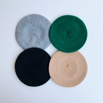 シンプルなウールのベレー帽。これ1つ加えるだけで、普段着だってモデル風に変身!お手頃な価格で、色違いで揃えたくなってしまいます。