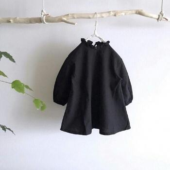 ハイセンスな黒のワンピース。少しハリのあるコットン素材で、シルエットがキレイ。襟のフリルと袖の絞りが、クールな黒に柔らかな表情を加えています。