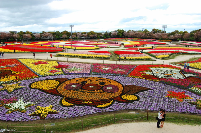 チューリップが見頃を迎える時期に合わせて、「チューリップまつり」が開催され、期間中には巨大な花絵も登場します。