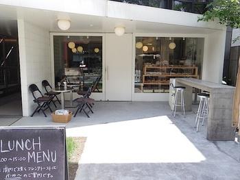 東京メトロ表参道駅から徒歩5分。「毎日食べても飽きの来ない味を、日々追求しています」というコンセプトの通り、クオリティの高いパンやコーヒーを提供されている人気のカフェです。