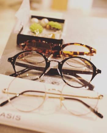着こなしのアクセントとして使えるメガネ。ただしつけ方によっては、少々野暮ったくなってしまうこともしばしば…。上手に使うポイントは、その真面目っぽさや優等生感を、ほどよく崩していくことです。でも一体どうやって?具体的な方法は…?そこで今回は、メガネをグッとおしゃれに魅せる、メイクやヘアのTipsについてご紹介。メガネファッション初心者の方も、ぜひ参考にしてみてくださいね♪