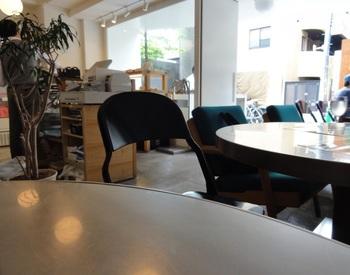 店内には19席、テラスには10席ほどのお席が用意されています。10時までのモーニング目当てのお客様も多く、ウェイティングになることもしばしばです。