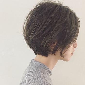 """みなさんは普段ヘアアレンジをする時に、""""横から見たシルエット""""も意識していますか?横顔美人な髪型を作るためには、「後頭部」にしっかりボリュームを出すことが大切です。トップの後頭部をふんわりさせることで、横顔の印象を魅力的に演出できますよ。"""