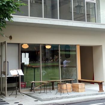 東京メトロ代々木公園駅から徒歩4分、小田急線代々木八幡駅から徒歩5分ほどの距離にあるこちらのお店。8時のオープン前から行列している人気のモーニングカフェです。