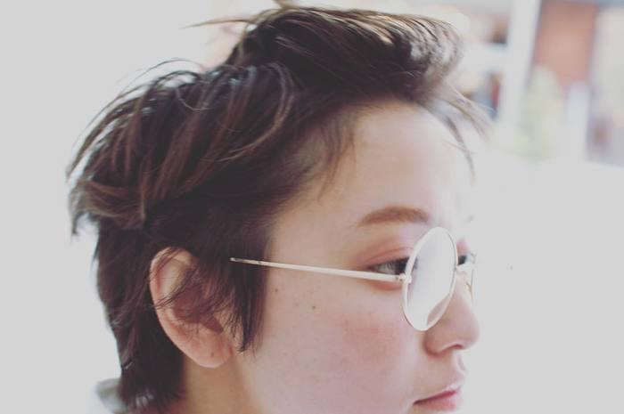 """丸メガネをスマートなイメージに持ち込みたいときは、前髪をバックに流して小気味よく!あえて""""パリッ""""とした質感にしてみるのも新鮮です。"""