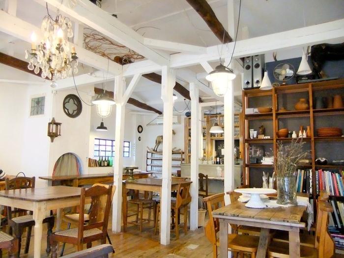 1階がパンや雑貨などを扱うショップになっており、2階がカフェフロアとなっています。お席は全部で30席ほど。木のぬくもりを感じるやさしい雰囲気です。