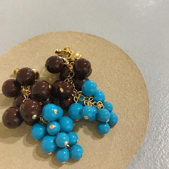 チョコレートようなダークブラウンに、キャンディーみたいな空色ブルー。チアフルな配色で耳元を装えば、鏡を見るたび明るい気持ちになれるハズ。