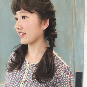 毛先ぎりぎりではなく、肩上あたりで編みをストップ。結んだ毛先が胸元でふわりと広がって、表情をグッと柔らかく見せてくれます。