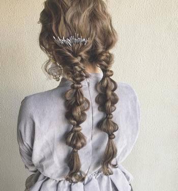 ポワンとした形が愛らしい玉ねぎヘア。2つ結びで実践すれば、おとぎ話に出てくるヒロインのようなスタイルに♪