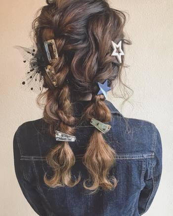 チュール素材の髪留めに、スクエア型やスター型のクリップたち。ランダムに配すれば、自分らしさ溢れる個性的な2つ結びが完成します。