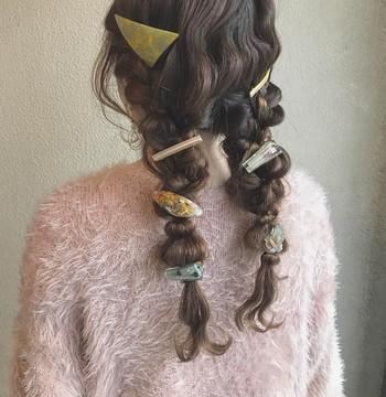小〜中サイズは毛束に、大サイズは耳元に。ヘアアクセサリーの大きさによって使う場所を変えると、仕上がりに俄然安定感が出てきます。
