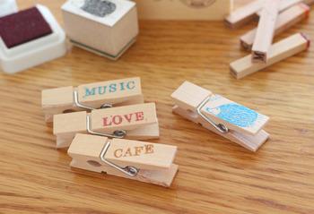 木製のクリップにスタンプで文字を入れて、ハンガーにつけておくのも◎ ナチュラルでかわいいクローゼットに。
