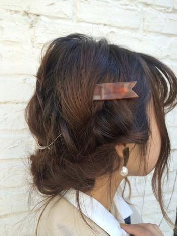 たっぷりの後れ毛で、ギブソンタックにアンニュイな雰囲気をプラス。ヘアアクセサリーも複数配して、アレンジ全体にアクセントを置きましょう。