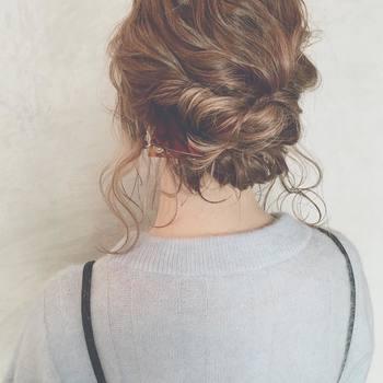 透明感のある三角クリップは、ボルドーのようなブラウンカラーが特徴的。明るめの髪色でも、落ち着いた雰囲気に引っ張れます。