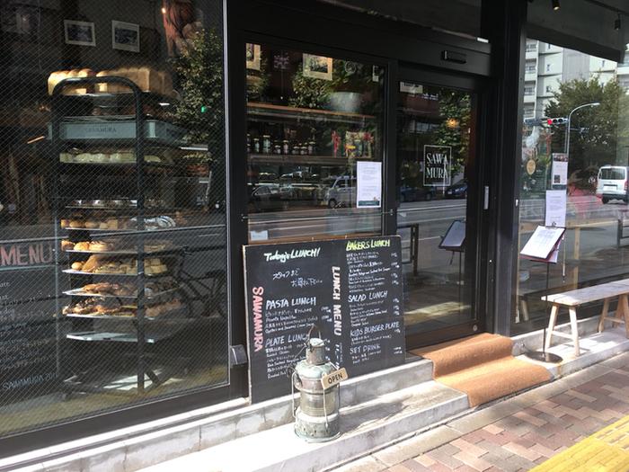 東京メトロ広尾駅から徒歩5分。2017年にリニューアルオープンしたこちらのお店は、軽井沢に本店がある人気ベーカリーです。1階がベーカリー、2階がレストランエリアになっています。