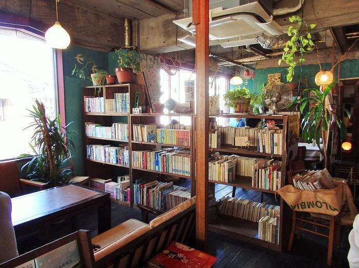 店内は、木の温もりが感じられるゆったりとした空間。こちらのブックカフェでは、会話を楽しむ方もいれば、置かれている本を手にとって静かに読むなど、思い思いの時間を過ごす事ができます。