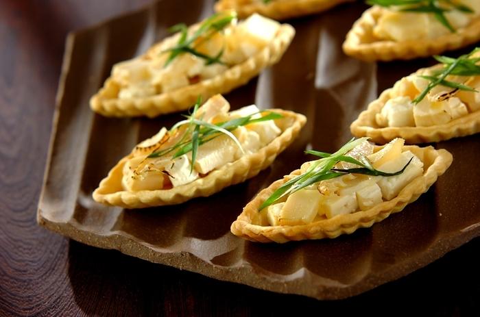 たけのことフェタチーズ(塩味の強い山羊ミルクのチーズ)の組み合わせで作る甘くないタルト。彩りの細ネギを木の芽に変えると、さらに春の香りを感じられる味わいに。