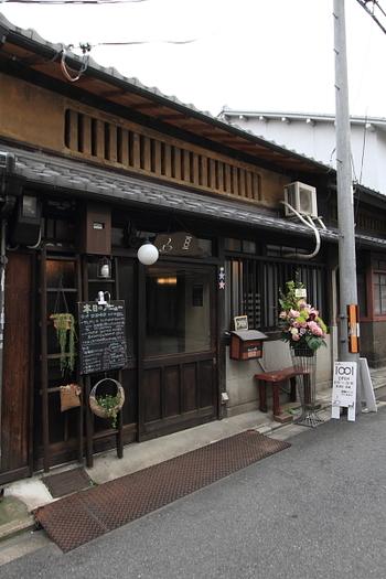 阪急四条大宮駅 JR二条駅から千本中立売バス停より東へ徒歩3分。古民家を改装したブックカフェ「Cafe1001 (カフェイチマルマルイチ)」。こちらはチョコミントや抹茶のスイーツが美味しい事で人気です。