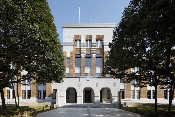正面の外観や一部の構造は、大正13年(1924)に旧石川県庁舎本館として建てられました。設計は国会議事堂などの設計に携わった、技師・矢橋賢吉氏によるもので、長年石川県民に愛され続けてきた建物です。