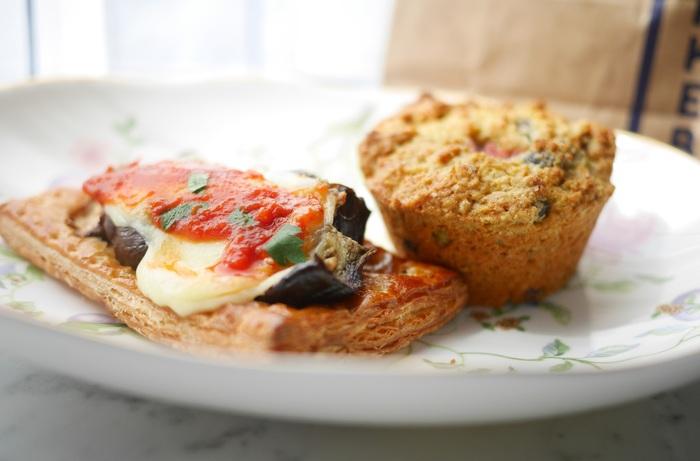 サクサクのパイ生地の上に、とろりととけたチーズと野菜がのった美味しそうなパンとサクサクのスコーン。種類豊富だから、選ぶ楽しみもありますよ。