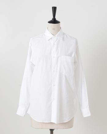 graphpaper(グラフペーパー)のシャツはコットン100%。薄手で軽く、それでいて空気を含んだような膨らみのある柔らかな生地感です。  襟はやや小ぶりで品がよく、程よいゆとりを持たせたストンとしたシルエットが特長です。