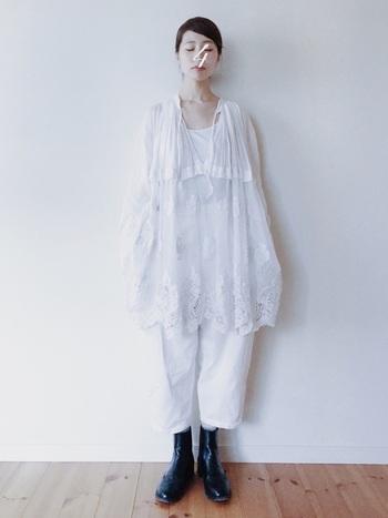 オールホワイトの同系色で異素材を楽しむファッションには、いつもと分け目を変えてキュッと後ろで一つ結び。耳とおでこを出すことで爽やかさもアップしますね。