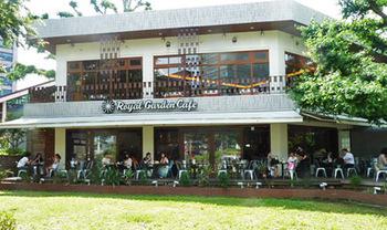 いつもにぎやかなカフェ「Royal Garden Cafe (ロイヤル ガーデンカフェ)」。心地よい音楽や本に囲まれて、雰囲気溢れる素敵なカフェです。