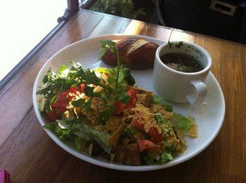ボリュームたっぷりだけど、サラダ感覚でぺろりと食べられるメニューで、お腹も気持ちも満足のひとときが過ごせます。
