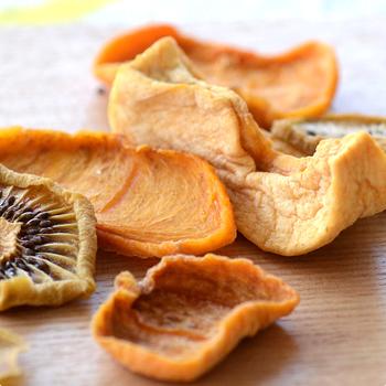 フレッシュなフルーツもいいけれど、ドライフルーツの濃厚な味と香りは果物の美味しさがギュッと濃縮された味わいもいいですよね♪自然の甘みや果物それぞれの個性が閉じ込められているかのようです。そのまま食べたり、アレンジしたり・・・ドライフルーツの魅力をご紹介したいと思います。