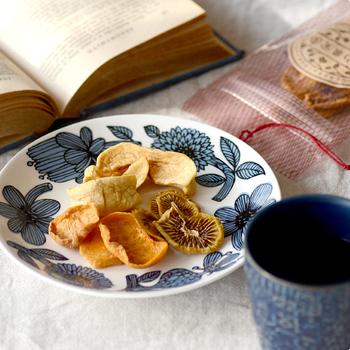 しっとりとした食感を残したセミドライフルーツは、噛むほどに香りや食感が楽しめるドライフルーツ。キウイ、リンゴ、柿がミックスされたパックです。