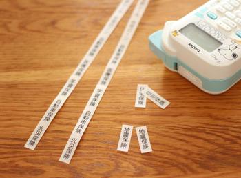書類整理は、ラベリングのひと手間で後々の快適度が違ってきます。同じ項目を2枚ずつ印字してファイルの両側に貼り付けると、必要な書類をスムーズに見つけることができておすすめです。