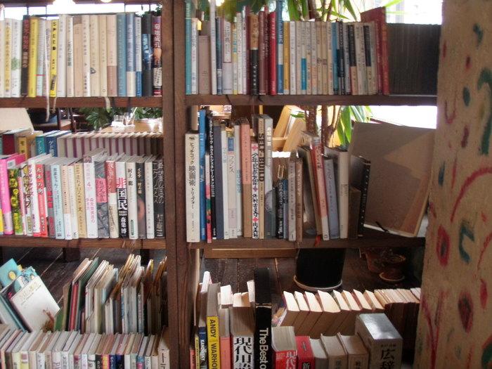 本棚にはオーナーの奥様がチョイスした、雑誌・単行本・小説など2000冊以上の様々な本が並べられています。今まで、手に取った事がないような、珍しい本に出会えるかも♪